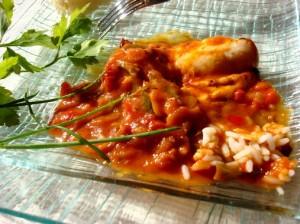 poulet du pays basque sur un lit de tomates, oignons et poivrons mijotés